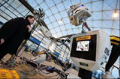 Elektroschrott-Cyborg vor der CeBIT