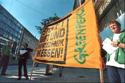 Leere Regale bei Kaufhof: Greenpeace räumt aus